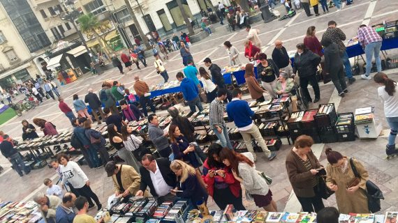 'Ayre Solidario' celebra este sábado en la Plaza del Punto su XX Mercadillo del Libro Solidario