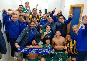 Gran alegría en los jugadores del CD San Juan tras su importante triunfo en Galaroza. / Foto: @SanJuan_Futsal.