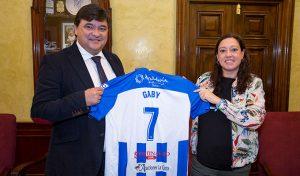 Alcalde de Huelva, Gabriel Cruz, y presidenta del Sporting, Manuela Romero, tras la firma del nuevo convenio.