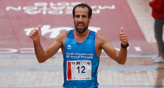 Emilio Martín se impone bajo la lluvia y vence en la XXXIV Media Maratón de Córdoba