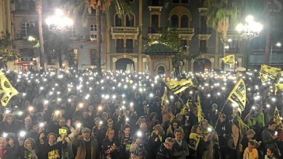 La Plaza de las Monjas se llena demandando una solución para los fosfoyesos
