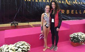 Marta Fernández junto a su entrenadora, Inmaculada Márquez, en Marbella.