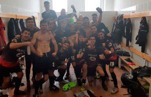 Los jugadores del Pinzón celebran el triunfo obtenido en La Palma. / Foto: @miguelsf_97.