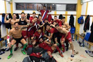 Felicidad en el vestuario del Recre tras ganar en Talavera. / Foto: @VictorBarrosoM1.