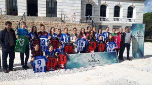 Un momento de la presentación de las equipaciones del Sporting con el logotipo de la campaña 'Andalucía, Huella Universal'.