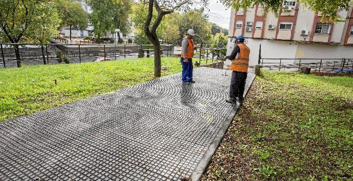 Arrancan los trabajos de la instalación de la pasarela peatonal de madera que unirá La Hispanidad con el Parque Moret