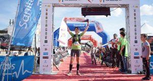 Beatriz Delgado, en el momento de entrar en la meta. / Foto: @DonanaTrailMarathon.