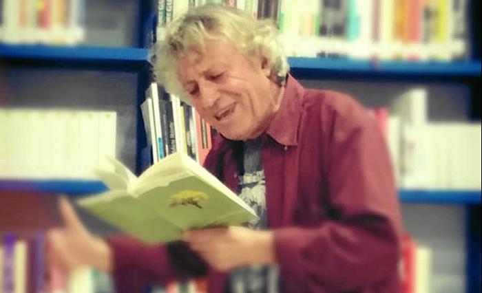 El poeta onubense Eladio Orta recita parte de su obra en Puebla de Guzmán