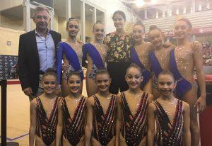 Las gimnastas del GR Huelva con la subcampeona olímpica, Lourdes Mohedano.