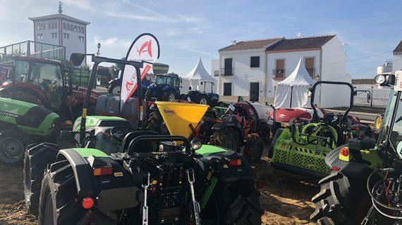 Una gran exposición de tractores y maquinaria agrícola acompaña la III Feria del Vino de Chucena