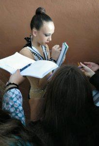 Marta, firmando autógrafos durante una de las sesiones en el torneo celebrado en Marbella.