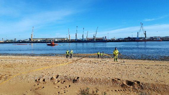 Un centenar de efectivos han participado en un simulacro de contaminación del litoral en Huelva