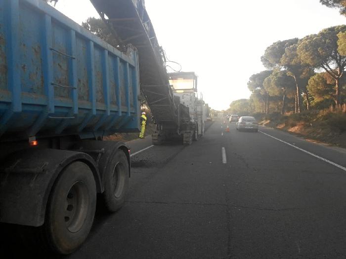 Iniciada la reposición de la capa de rodadura en la carretera A-483 entre Almonte y el Rocío