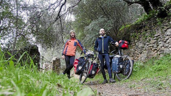 Los higuereños Álvaro López y Carlos Roldán recorrerán Asia en bicicleta durante siete meses