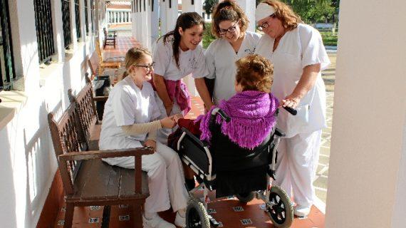 La atención a mayores, una salida profesional en el Condado de Huelva