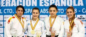 Cinta García, a la izquierda, con su medalla de plata. / Foto: www.rfejudo.com.