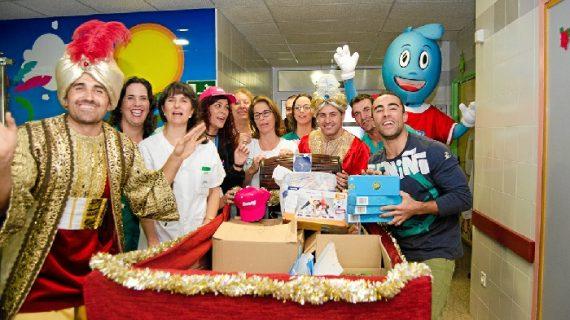Los niños del Hospital Juan Ramón Jiménez reciben la visita de la Caravana de la Salud de 'El Club La Banda'