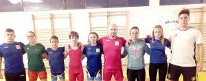 Componentes del Club de Lucha El Campeón que tomarán parte en el campeonato que se celebra en Carmona. / Foto: @luchaelcampeon.