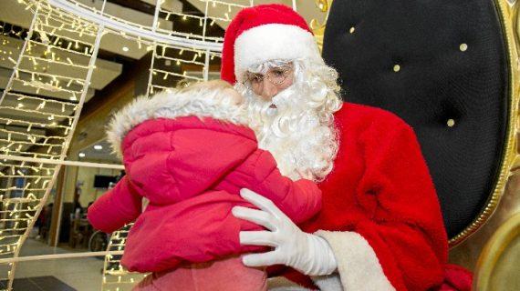 Holea celebra la Navidad con la visita de Papá Noel y el Emisario de los Reyes Magos