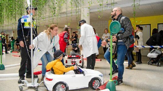 Los menores del Hospital Juan Ramón Jiménez disfrutan de un paseo en coche