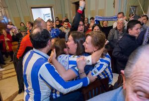 Aficionados del Recre, presentes en el Pleno, celebran el sí a la propuesta de la Alcaldía.