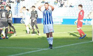 Alberto Quiles lamenta que un remate de cabeza suyo de fuera cerca de la cruceta. / Foto: Pablo Sayago.