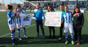 En los prolegómenos el técnico local, Antonio Toledo, fue homenajeado por sus 400 partidos en la élite. / Foto: www.lfp.es.