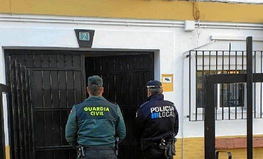 Interceptado en Isla Cristina el conductor y los ocupantes de un vehículo que trataban de hurtar un patinete eléctrico
