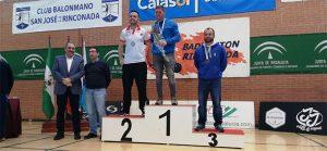 David Piñeiro, del CD Bádminton Huelva, en el tercer escalón del podio.