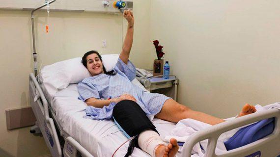 """Carolina Marín entona un esperanzador """"pronto volveré"""" tras su operación en Madrid"""