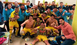 Los jugadores del Isla Cristina celebran el triunfo ante el San Roque. / Foto: @islacristinafc.