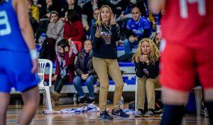 Ana Rodríguez, entrenadora del Cadete femenino de Melilla, en plena acción. / Foto: Alberto Nevado-LOF FEB.