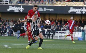 El goleador Aketxe estuvo siempre bien controlado. / Foto: La Verdad de Murcia/J. M. Rodríguez.