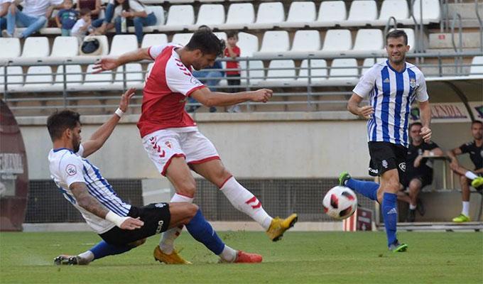 Pina -al fondo- regresa a la convocatoria tras perderse por sanción el último partido. / Foto: La Verdad de Murcia.