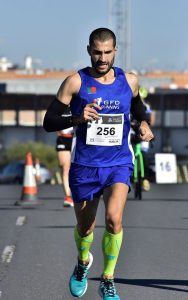 Roberto Ladeiras, ganador en la categoría masculina de la Media Maratón de Ayamonte. / Foto: J. L. Rúa.