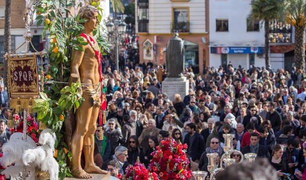San Sebastián procesiona entre palmitos por Huelva