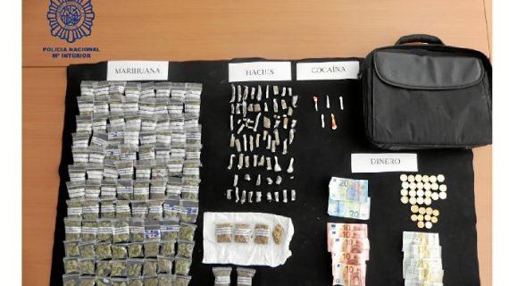 Detenidas tres personas cuando transportaban drogas en el interior de un vehículo