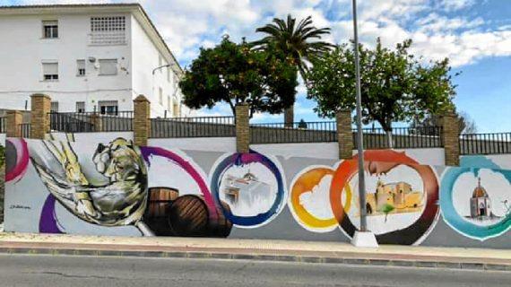 Villalba del Alcor potencia su vino a través de una obra mural de Jacobo Palos Wey