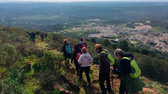 Un total de 60 personas participaron en la cuarta ruta del programa municipal de senderismo de Cartaya