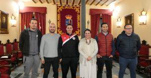 Autoridades locales de Almonte y responsables del equipo de fútbol, tras la firma del convenio de colaboración.