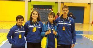 Pepe Fernández, Carolina Vallejo, y los hermanos Guillermo y Andrés Nuviala, con sus medallas.