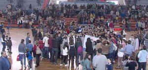 Los jugadores del CDB Enrique Benítez celebran con su gente el trunfo ante el CB Cazorla. / Foto: Captura WiHu TV.
