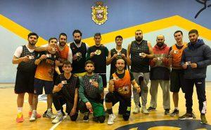 Componentes del Ciudad de Palos de baloncesto con sus carnets de donantes.