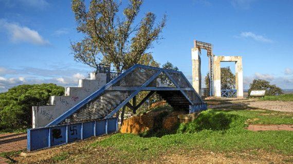 Más cerca la rehabilitación del mirador superior del Conquero, la Fuente Vieja y las traseras de la barriada del Carmen