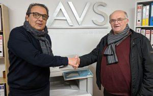 Modesto García-Ferriol Vázquez, consejero delegado de AVS, y Miguel Galardi Cobo, presidente del Club La Volea, tras la firma del convenio.