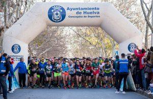 Momento de la salida de la VI Media Maratón de Huelva.