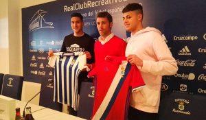 Sergio Valentín (izquierda) y Charaf (derecha), junto al director Deportivo del Recre, Óscar Carazo (centro), en la presentación de los nuevos jugadores albiazules. / Foto: @recreoficial.