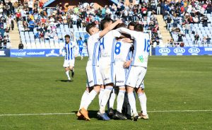 Los jugadores del Recre celebran el primer gol, obra de Iván González. / Foto: Pablo Sayago.