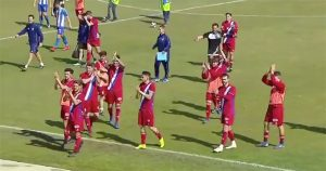 Los jugadores del Recre celebran aplauden a los aficionados albiazules que se dieron cita en el Uva Monastrell. / Foto: Captura imagen TV @footters.