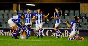 Lógica alegría de las jugadoras del Sporting tras el gran triunfo en Barcelona. / Foto: www.lfp.es.